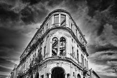 Zwart-wit beeld van afbrokkelende oude de bouwvoorgevel met borrel Stock Afbeeldingen