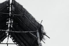 Zwart-wit beeld van bamboehut onder heldere zonnige dag Royalty-vrije Stock Afbeelding