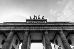 Zwart-wit beeld van de Poort van Brandenburg, Berlijn; Duitsland Detailleer de Poortquadriga van Brandenburg Pariser Platz stock afbeelding