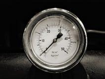 zwart-wit beeld van een ronde glanzende pressurevintagemaat met aantallen duidelijk in psi en metrisch op de meterwijzerplaat op  royalty-vrije stock fotografie