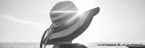 Zwart-wit beeld van een vrouw met zonnestraal over haar gestripte stra royalty-vrije stock foto