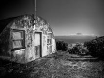 Zwart-wit beeld van het inbouwen van de voorgrond en de berg van Pico op de achtergrond stock afbeelding