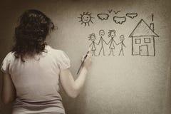 Zwart-wit beeld van jonge vrouwenweergave een familie met reeks van infographics over geweven muurachtergrond Stock Fotografie