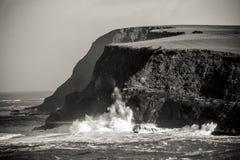 Zwart-wit beeld van krachtige krachten van aard en oceaangolven royalty-vrije stock foto's
