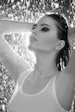 Zwart-wit beeld van mooie jonge vrouwentribune Stock Foto
