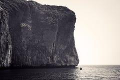 Zwart-wit beeld van rotsen en Longtail Phi Phi Island Stock Foto's