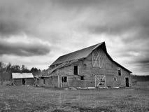 Zwart-wit beeld van sombere verlaten dilapidated landbouwbedrijfschuur in noordelijk Minnesota royalty-vrije stock foto