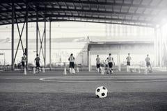 Zwart-wit beeld van Voetbalbal op kunstmatig gras royalty-vrije stock foto's