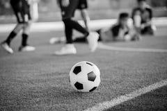 Zwart-wit beeld van Voetbalbal op kunstmatig gras royalty-vrije stock afbeeldingen