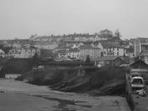 Zwart-wit beeld van Welse kuststad Stock Fotografie