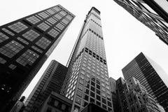 Zwart-wit beeld van wolkenkrabber Stock Afbeelding