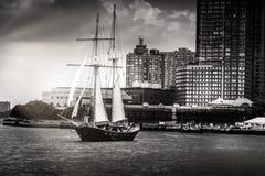 Zwart-wit beeld van zeilboot die op Hudson River in Manattan varen stock foto's
