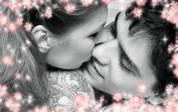 Zwart-wit beeld van zoet paar in bed met flo Royalty-vrije Stock Afbeeldingen