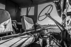 Zwart-wit binnenland van WW2 Jeep met geweer over zetel Stock Fotografie