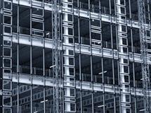 Zwart-wit blauwe gekleurde mening van een grote de bouwontwikkeling in aanbouw met staalkader en balken royalty-vrije stock foto