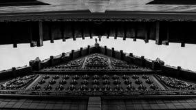 Zwart-wit Boeddhistisch Tempeldak in Thailand - Symmetrische A royalty-vrije stock fotografie