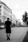 Zwart-wit brutaal portret van een modieuze mens openlucht in de stad Stock Fotografie
