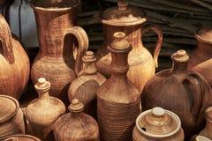 Zwart-wit ceramische met de hand gemaakte flessen en kruiken Stock Fotografie