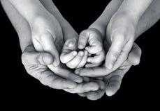 Zwart-wit dicht omhooggaand beeld van de ondersteunende handen van een familie Royalty-vrije Stock Afbeeldingen