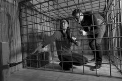 Zwart-wit die beeld van slachtoffers in een metaalkooi worden gevangengenomen, g royalty-vrije stock foto