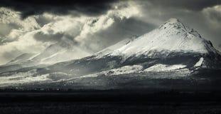 Zwart-wit dramatisch landschap van rotsachtige bergen Hoge Tatras, Stock Foto's