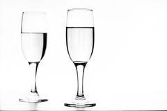 Zwart-wit foto van champagne op witte lijst aangaande witte achtergrond Royalty-vrije Stock Fotografie