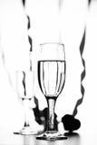Zwart-wit foto van champagne op witte lijst aangaande witte achtergrond Royalty-vrije Stock Afbeelding