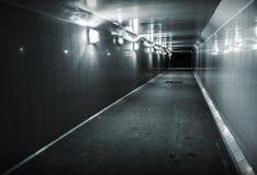 Zwart-wit foto van ondergrondse passage Stock Afbeelding