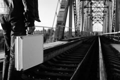Zwart-wit foto van zilveren metaalgeval met geldoverdracht concep Stock Afbeelding