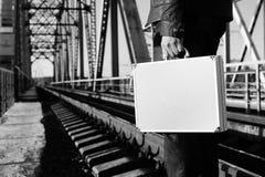 Zwart-wit foto van zilveren metaalgeval met geldoverdracht concep Royalty-vrije Stock Afbeelding