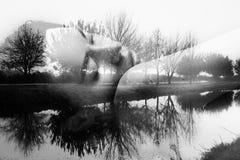 Zwart-wit fotomeisje en weerspiegeling van aard royalty-vrije stock afbeelding