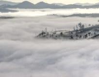 Zwart-wit het kleine dorp in mist, ergens dichtbij Dalat, Vietnmam stock afbeelding