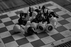 Zwart-wit Houten schaakraad en magnetische plastic schaakstukken, aan boord stock foto's