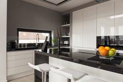 Zwart-wit keukenontwerp Stock Afbeelding