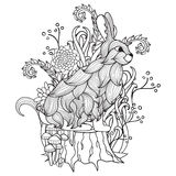 Zwart-wit konijntje, boomstomp, hout, bloemen, bomen, sprookje Stock Foto's