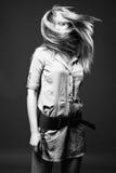Zwart-wit manierportret van jonge vrouw Stock Foto