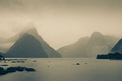 Zwart-wit meer, mooie berg met regenende wolk Royalty-vrije Stock Foto