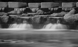 Zwart-wit met de winterkreek royalty-vrije stock fotografie