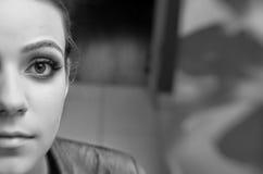 Zwart-wit mooi vrouwenportret Stock Afbeeldingen