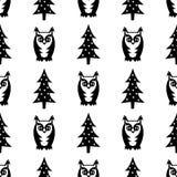 Zwart-wit naadloos de winterpatroon - Kerstmisbomen en uilen De winter bosillustratie Stock Fotografie