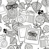 Zwart-wit naadloos patroon met uitstekende voorwerpen stock illustratie