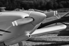Zwart-wit ontwikkeld beeld van het voordeel van één enkel vliegtuig van de motorpropeller stock foto's
