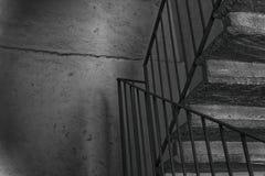 Zwart-wit Oude uitstekende trap en staalleuning royalty-vrije stock foto