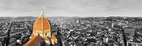 Zwart-wit panorama van de stad van Florence, Italië met selectieve kleur op de kathedraal stock foto's