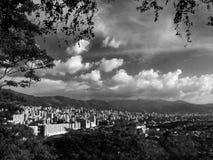 Zwart-wit panorama van Gr Poblado in MedellÃn Colombia stock fotografie