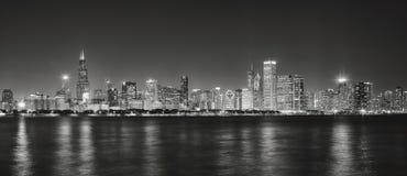 Zwart-wit panoramisch beeld van de stadshorizon van Chicago bij nig royalty-vrije stock afbeelding