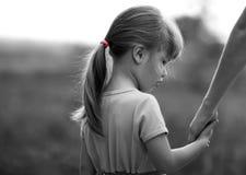 Zwart-wit portret die van meisje een hand van haar mo houden Stock Foto's