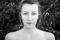 Zwart-wit portret van aantrekkelijke vrouw Royalty-vrije Stock Foto's