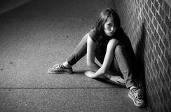 Zwart-wit portret van donkerbruine vrouw Stock Foto