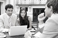 Bedrijfs mensen die in koffie samenkomen. Royalty-vrije Stock Afbeeldingen
